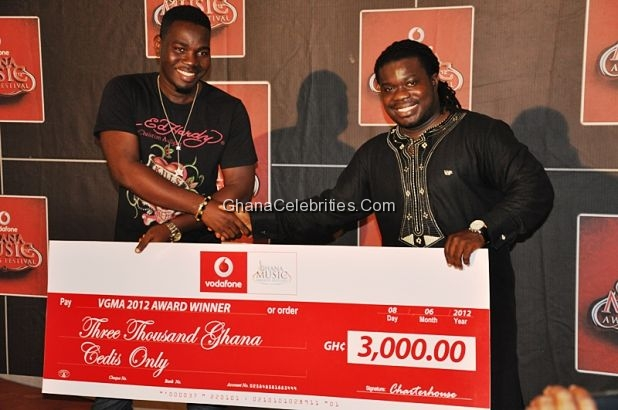 Stay Jay receiving the dummy cheque from MUSIGA President Bice Osei Kuffour