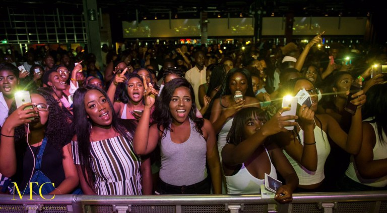 R2Bees-Concert-in-UK